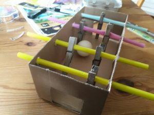 Einen einfachen Tischkicker bauen mit einem Pappkarton und Wäscheklammern